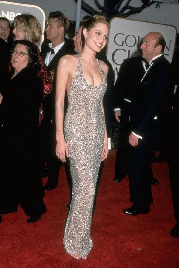 Angelina Jolie trở thảnh tâm điểm trong thời gian khi mới bước vào nghề cùng chiếc váy kim sa lấp lánh khoét ngực của Randolph Duke