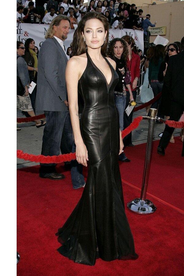 Tại buổi ra mắt phim Mr & Mrs Smith, Angelina Jolie đầy quyến rũ trong bộ váy da đen ôm sát xẻ ngực sâu