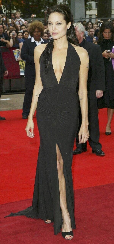 Đặc biệt, Jolie rất 'chuộng' những bộ váy đen khi mặc trên thảm đỏ cùng những đường cắt xẻ tinh tế