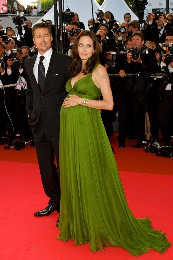 Angelina Jolie mang thai mà cũng đẹp say đắm lòng người trong bộ váy xẻ ngực maxi hai dây xanh lá của Max Azria thời còn mới cưới Brad Pitt