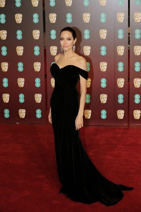 Một Angelina Jolie mạnh mẽ vượt qua căn bệnh ung thư và tỏa sáng hơn bao giờ hết trong kiểu váy đen trễ vai của Ralph & Russo tại thảm đỏ BAFTAs 2018