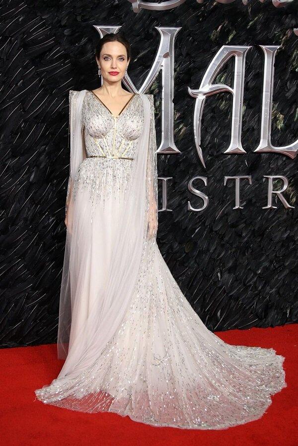 Dù tuổi đã cao và không còn trẻ như xưa nhưng vợ cũ của Brad Pitt vẫn ăn điểm với những đầm voan trắng thiết kế tựa nữ thần
