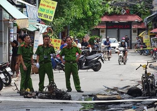 Nếu chậm chân 1 chút, lực lương chức năng đã không thể cứu được những nạn nhân mắc kẹt trong đám cháy. Ảnh: Vnexpress