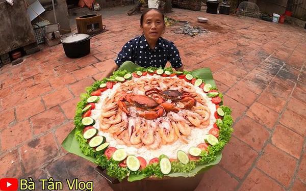 Bà Tân Vlog lại khiến dân mạng hoang mang khi sáng chế ra món ăn mới: Cơm hải sảơm trắng + đặt hải sản lên trên