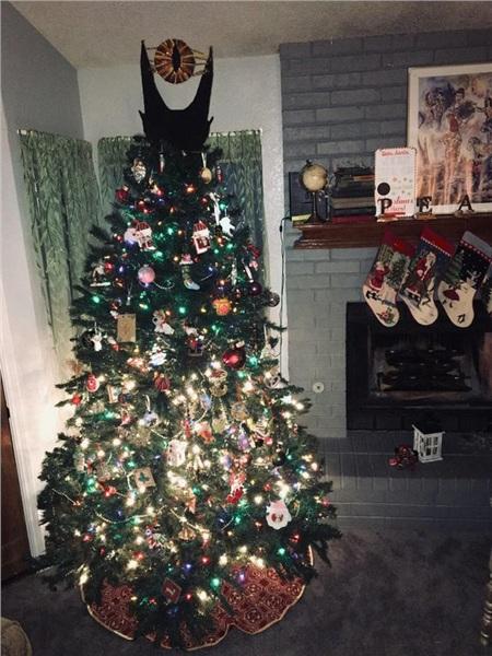 Ý tưởng táo bạo của bọn trẻ khi trang trí đỉnh cây thông Noel lấy cảm hứng từ Chúa tể của những chiếc nhẫn.