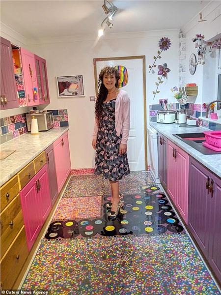 Để trả thù chồng cũ, người phụ nữ quyết định sử dụng bộ sưu tầm quý giá của ông để lót sàn nhà bếp 0