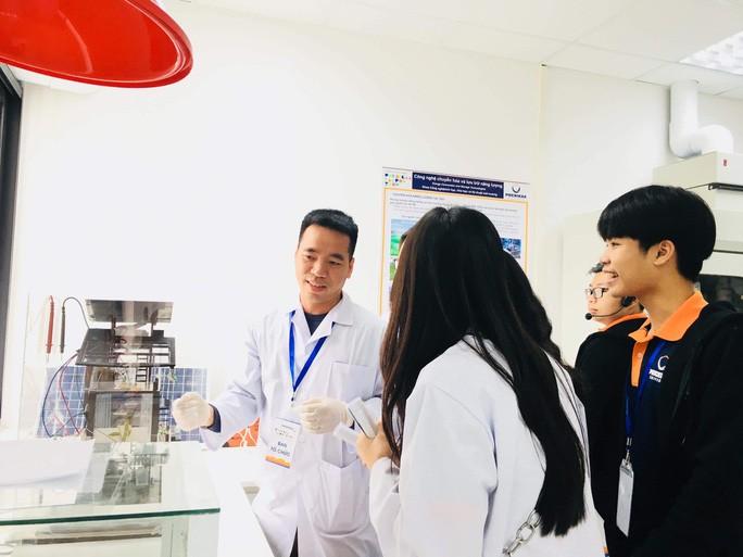 TS Đào Văn Dương hướng dẫn sinh viên tại ĐH Phenikka