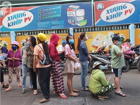 Hàng trăm người dân TP.HCM bỏ ngày chủ nhật xếp hàng dài từ sáng sớm chờ mua khẩu trang y tế 3