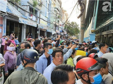 Hàng trăm người dân TP.HCM bỏ ngày chủ nhật xếp hàng dài từ sáng sớm chờ mua khẩu trang y tế 5