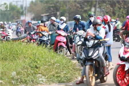 Người dân tập trung tại đường Đỗ Văn Dậy (huyện Hóc Môn).