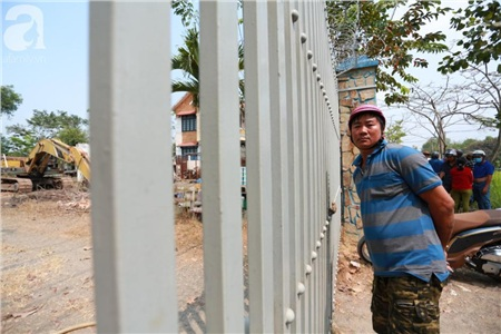 Hàng chục người vẫn đội nắng, 'bao vây' ngôi nhà hoang nơi Lê Quốc Tuấn bị tiêu diệt đã 3 ngày để... hóng chuyện 2