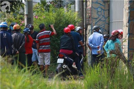 3 ngày sau khi Tuấn 'khỉ' bị bắn, hiện trường vẫn rất đông người tụ tập.