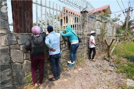 Hàng chục người vẫn đội nắng, 'bao vây' ngôi nhà hoang nơi Lê Quốc Tuấn bị tiêu diệt đã 3 ngày để... hóng chuyện 11