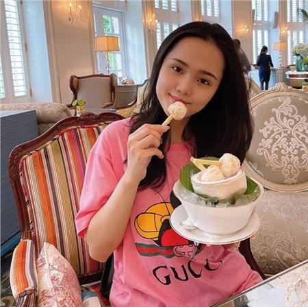 Hoạt động đầu tiên của vợ chồng Quỳnh Anh hậu đám cưới không phải là honey moon, mà là... đi công tác trong Sài Gòn.