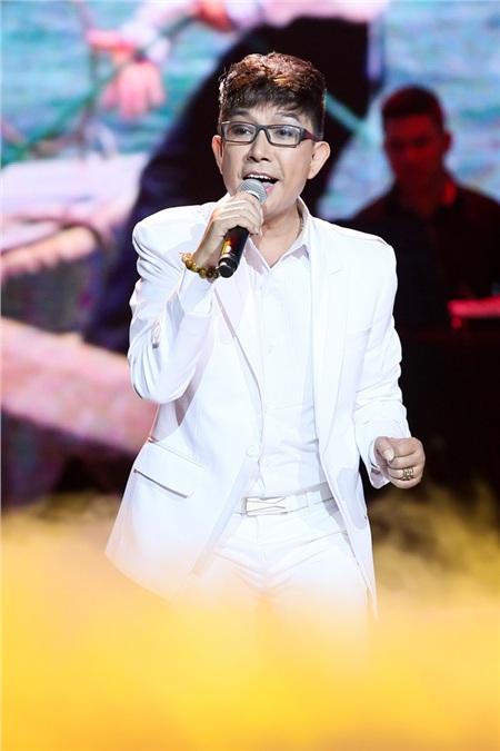 Long Nhật sinh năm 1967, anh là nam ca sĩ nổi tiếng với dòng nhạc quê hương, trữ tình.