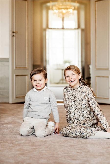 Tiểu công chúa chụp với em trai của mình.