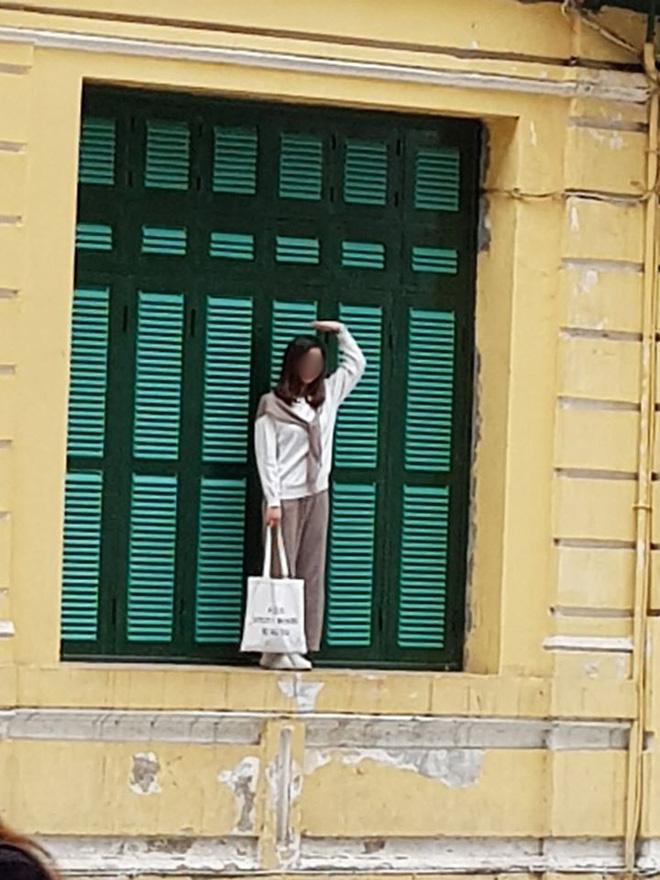 Cô gái trẻ trèo lên cửa sổ nhà cổ Hà Nội để 'sống ảo' nhưng nhận gạch nhiều nhất lại là chủ nhân bức ảnh chụp trộm 2