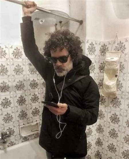 Một người đàn ông ở New York đã biến phòng tắm của mình thành 'một cỗ xe điện ngầm tạm thời' để anh được thực hiện thói quen của mình vào mỗi buổi sáng khi con virus corona chưa ập đến.