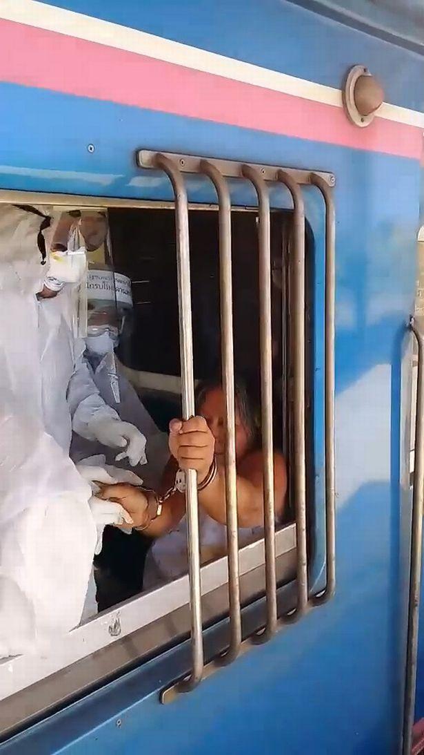 Bà Mukda bị nhân viên y tế khống chế vì không chấp hành quy định.