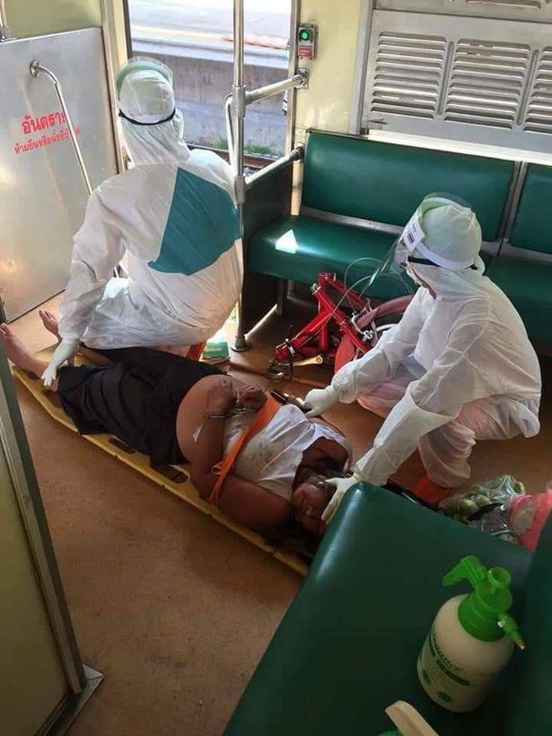 Bà Mukda có biểu hiện sốt nên phải theo dõi y tế trong những ngày tiếp theo.