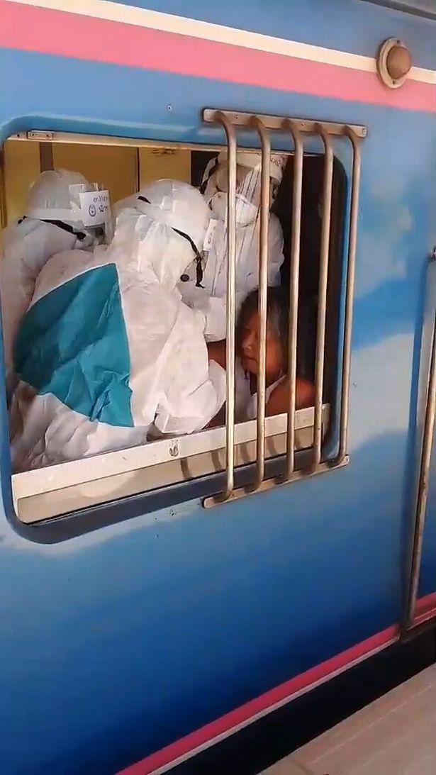 Không đeo khẩu trang còn nhổ nước bọt tung tóe khắp nơi, người phụ nữ nghi nhiễm Covid-19 khiến hành khách bỏ chạy tán loạn 1