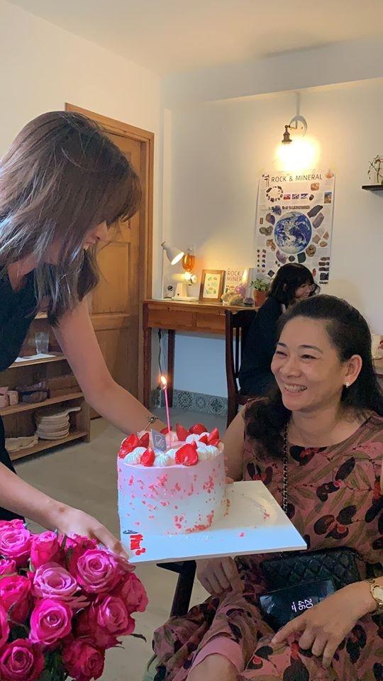 Mai Anh tổ chức sinh nhật cho mẹ tại Hội An