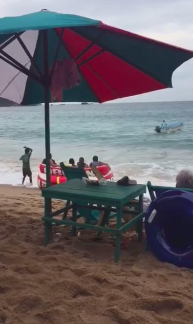 4 vị khách bất ngờ gặp 'biến' làm lật nhào giữa biển, khiến tất cả những người trong bờ đều cười ngặt nghẽo 0