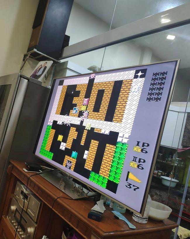 Tựa game Bắn tăng huyền thoại được đôi vợ chồng chủ nhà chơi những lúc rảnh.