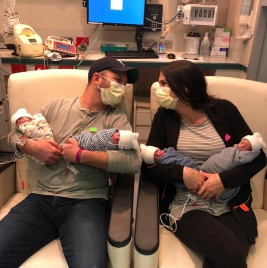 Vợ chồng Jenny vàChris bên các con.