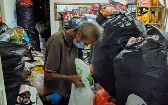 Người đàn ông nhặt nhạnh phế liệu kiếm chút tiền nuôi mẹ và chị gái.