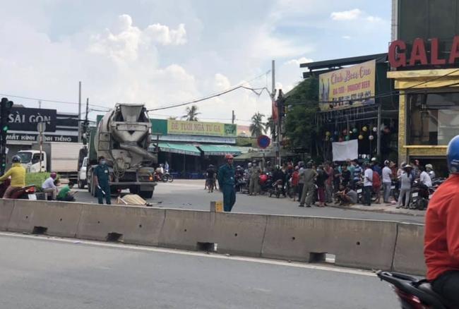 Lực lượng dân quân điều tiết giao thông ở hiện trường.