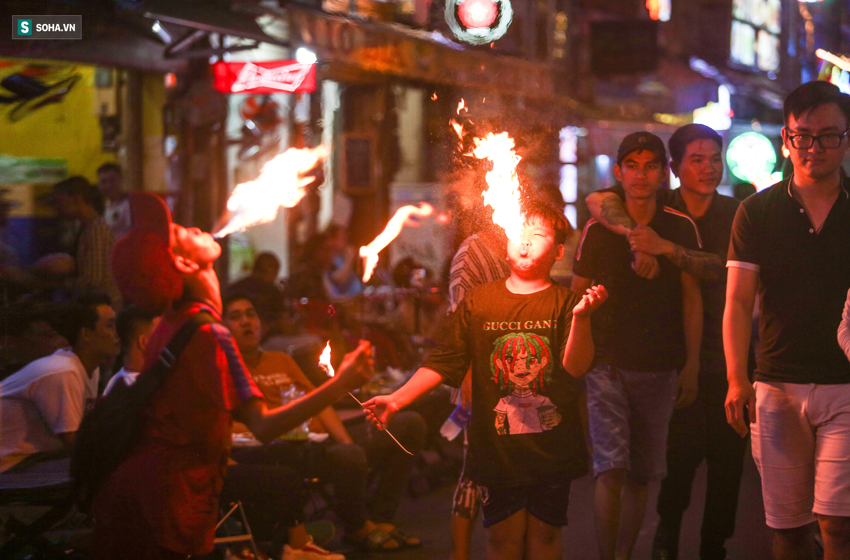 0h, khi thành phố bắt đầu chìm trong giấc ngủ, phố Tây Bùi Viện (quận 1, TP.HCM) lại chuyển sang náo nhiệt, ồn ào. Len lỏi giữa những dòng người, trên con phố vui chơi nổi tiếng bậc nhất Sài Gòn, có những đứa trẻ miệt mài phun lửa để mưu sinh.