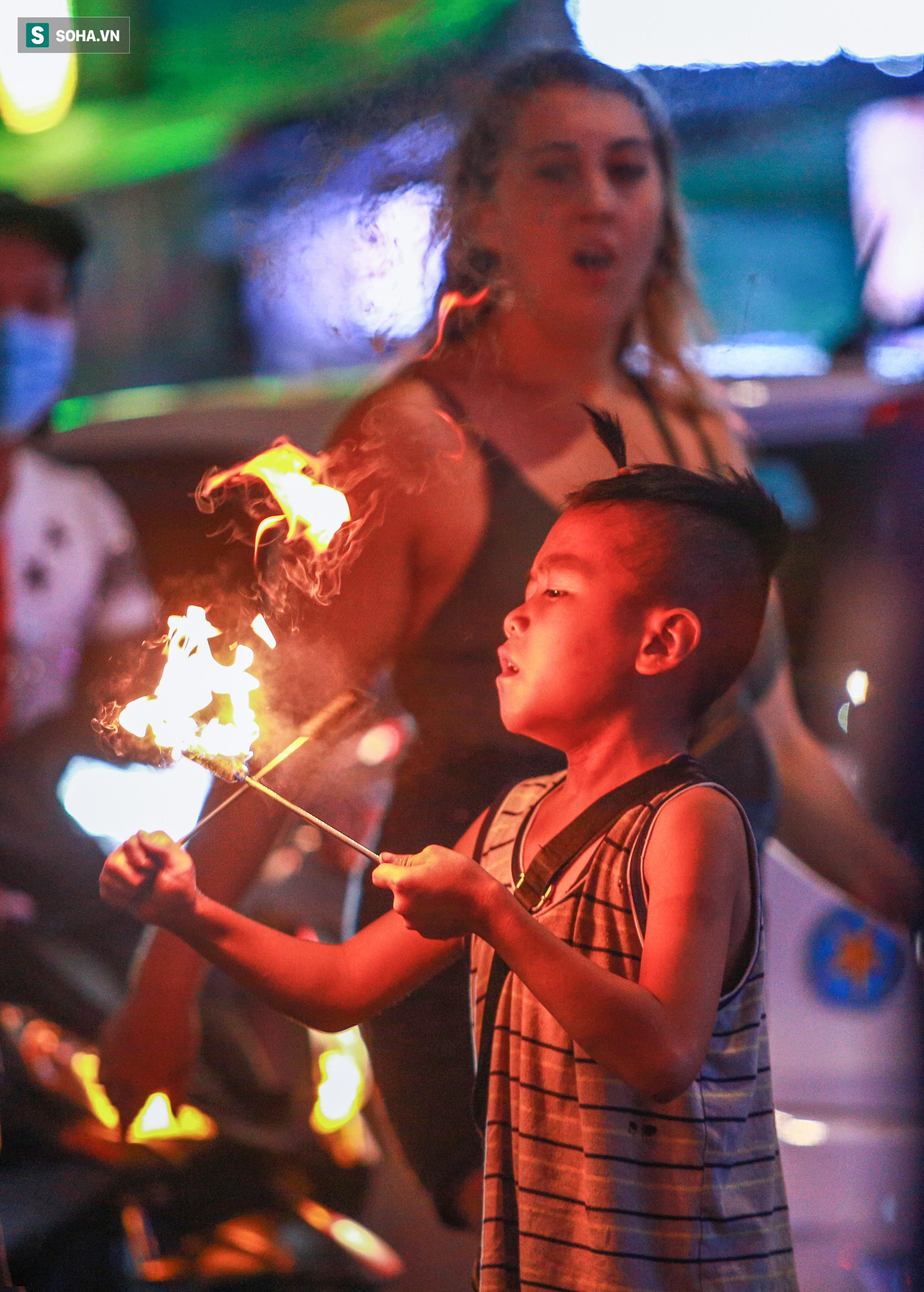 Những ngọn đuốc tẩm xăng, dầu cháy đỏ rực được cậu bé khoảng 7-8 tuổi cầm trên tay múa, xoay điêu luyện. Rồi bất ngờ, cậu biển diễn ngậm vào miệng cho tắt, khiến nhiều người lần đầu xem trầm trồ, tò mò, hứng khởi. Rảo một vòng quanh Bùi Viện, không khó để bắt gặp những đứa trẻ trình diễn phun lửa mạo hiểm như thế.