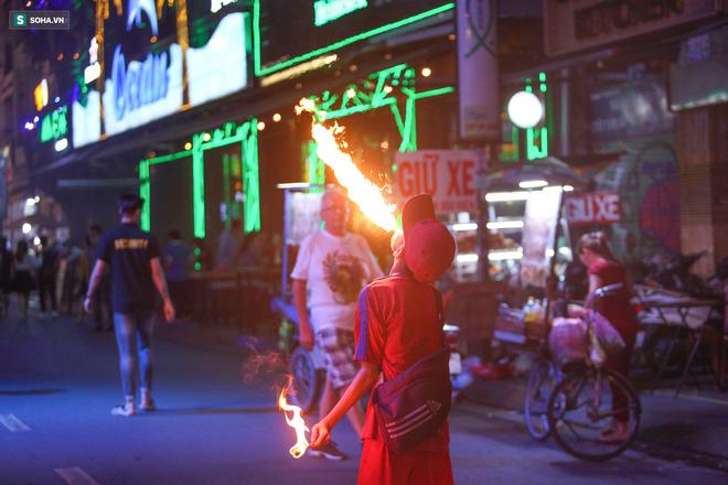 Những đứa trẻ không Tết thiếu nhi, trắng đêm 'phun lửa' mưu sinh ở phố Tây Bùi Viện 6