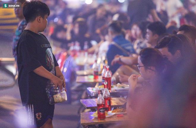 Những đứa trẻ không Tết thiếu nhi, trắng đêm 'phun lửa' mưu sinh ở phố Tây Bùi Viện 9