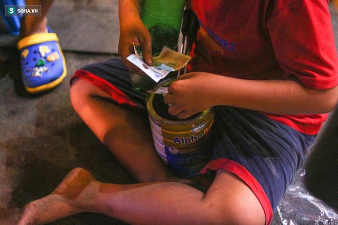 Những đứa trẻ không Tết thiếu nhi, trắng đêm 'phun lửa' mưu sinh ở phố Tây Bùi Viện 10