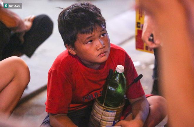 Những đứa trẻ không Tết thiếu nhi, trắng đêm 'phun lửa' mưu sinh ở phố Tây Bùi Viện 15