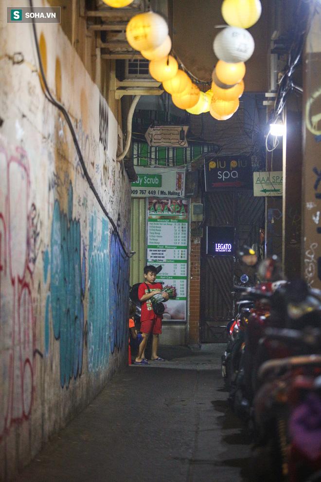 Những đứa trẻ không Tết thiếu nhi, trắng đêm 'phun lửa' mưu sinh ở phố Tây Bùi Viện 18