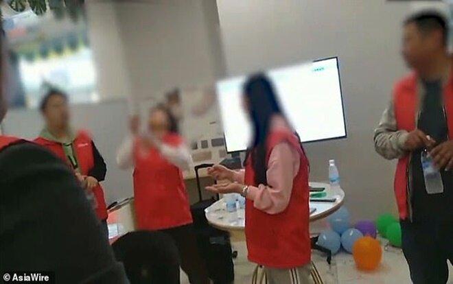 Hình ảnh được cắt từ video lan truyền trên mạng xã hội về hình phạt kỳ quái của một công ty Trung Quốc