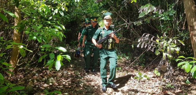 Lực lượng quân sự với vũ khí đang truy bắt phạm nhân Triệu Quân Sự