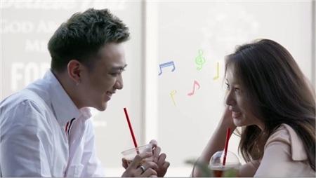 Soobin và Jiyeon có những khoảnh khắc 'tình bể bình' trong MV.