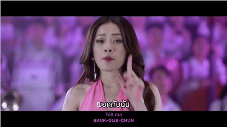 Và còn trổ tài hát bằng cả tiếng Thái.