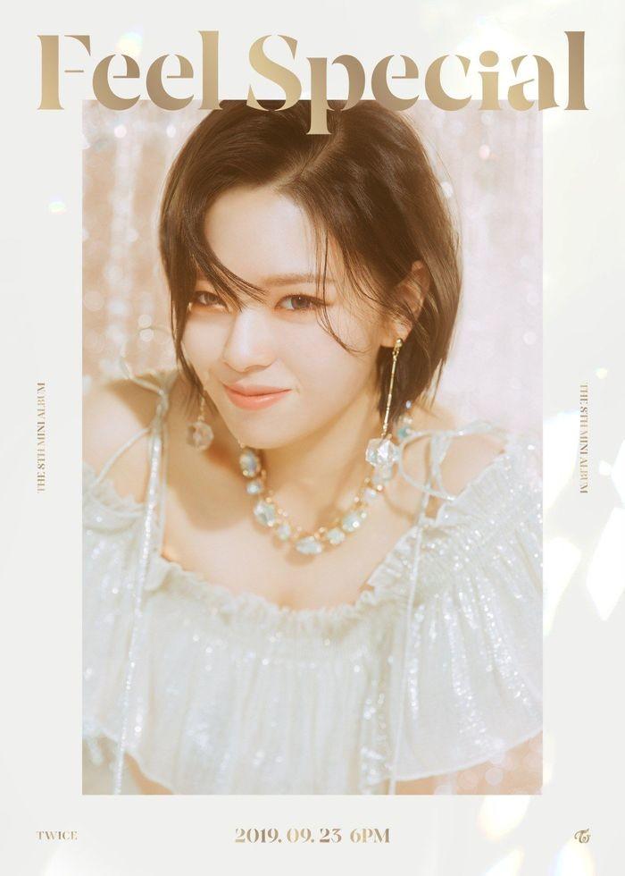 Jungyeon lại mang đến hình ảnh có phần tinh nghịch và vui tươi.