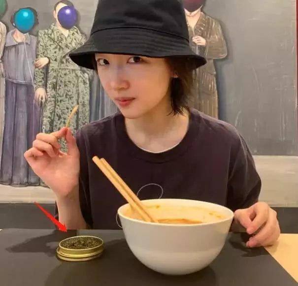 Ăn mì tôm nhưng Châu Đông Vũ bị chỉ trích vì thói khoe của chỉ vì chi tiết này! 4