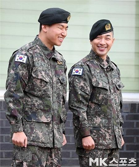 Fan rất vui mừng khi Taeyang và Daesung chính thức xuất ngũ.