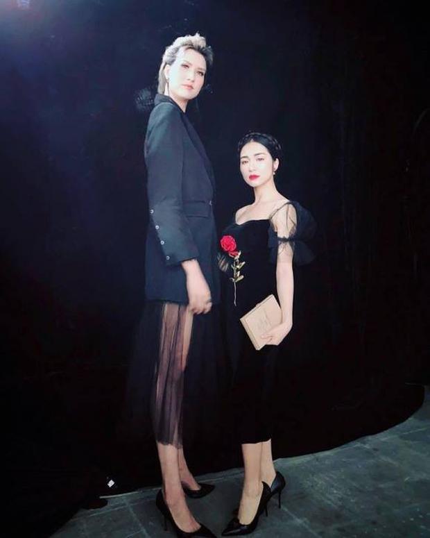 Dù chỉ sở hữu chiều cao hạn chế 'một mét bẻ đôi', nhưng Hoà Minzy lại có sở thích rất đặc biệt là 'so kè' chiều cao với những người 'khổng lồ' của showbiz Việt, điển hình như với Hồng Xuân - người mẫu cao đến 1m90.