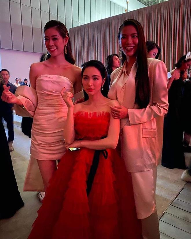 Trước đó, Hoà Minzy cũng từng đứng lọt thỏm giữa Hoa hậu Khánh Vân (cao 1m76) và Á hậu Kim Duyên (cao 1m73) trong hậu trường một show diễn của NTK Công Trí.