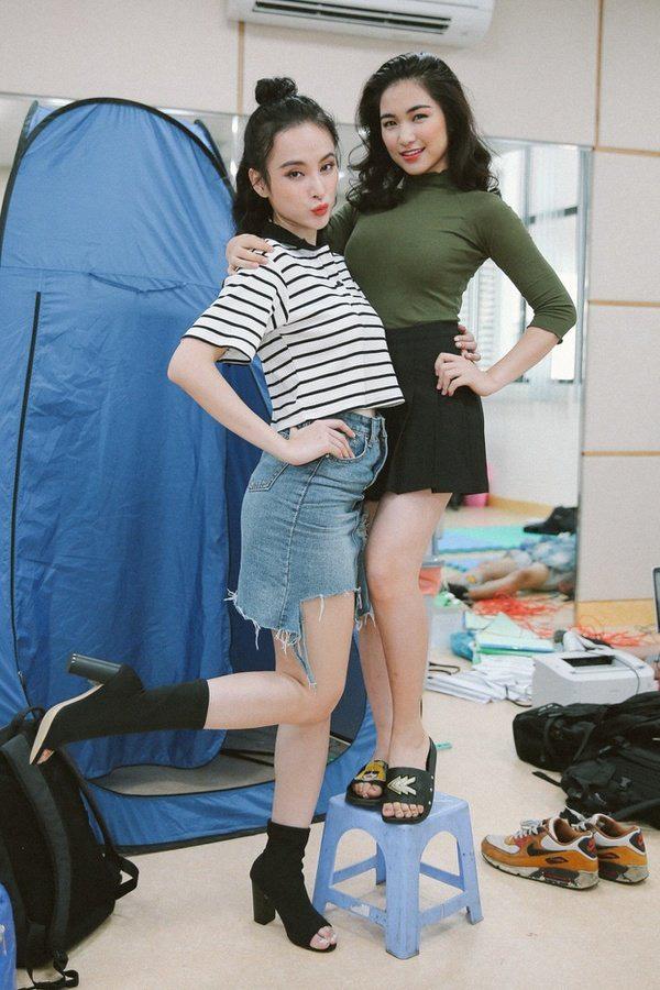 Hoà Minzy còn thường xuyên diện những đôi dép thấp, khiến chiều cao của cô với những chân dài khác trở nên chênh lệch.