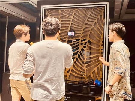 Hari Won khoe ảnh Trấn Thành hát karaoke 'cực sung' cùng hàng xóm, nhưng fan lại soi ra chi tiết sai quá sai này… 0