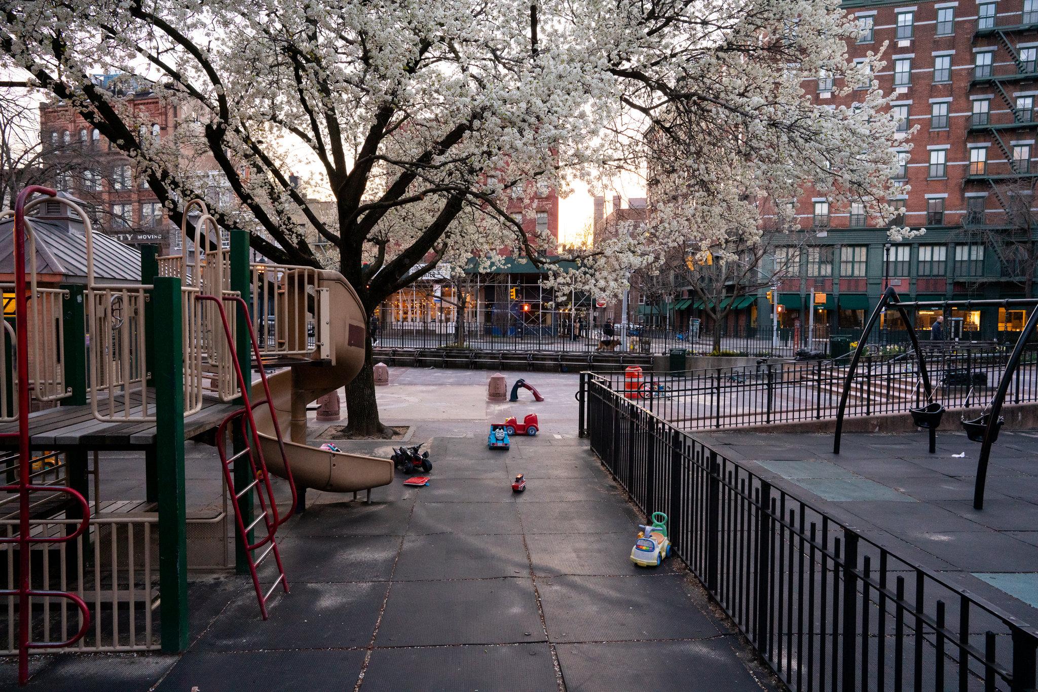 Một sân chơi ở West Village không một bóng người. Những món đồ chơi dành cho trẻ em nằm trơ trọi dọc lối đi.